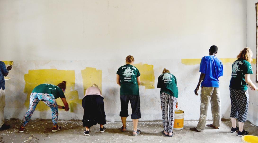 タンザニアの学校で塗装活動に励む高校生ボランティア